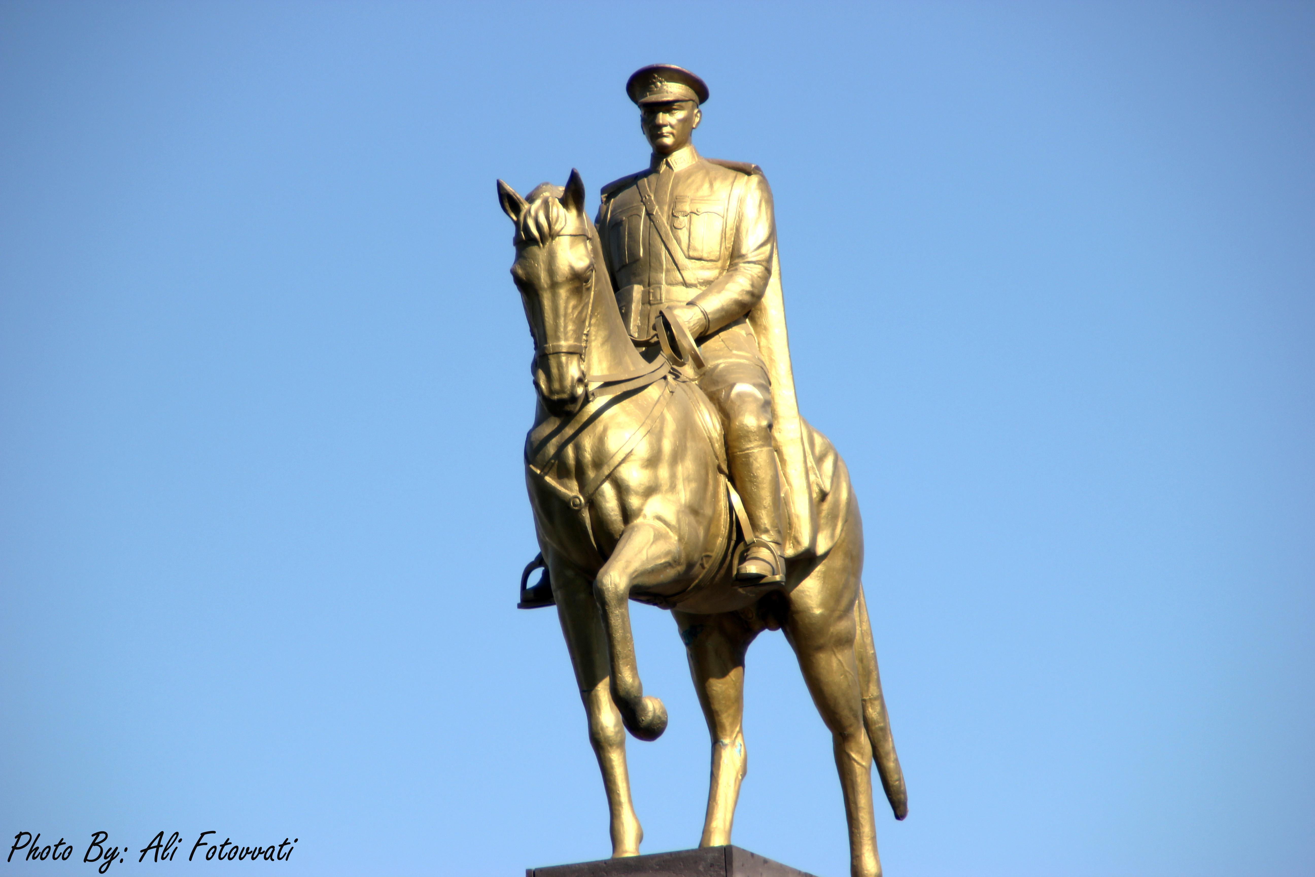 مجسمه آتاتورک سوار بر اسب